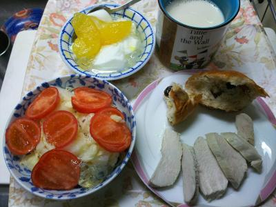 DSC_1235_0125昼・キッチン-レーズンパン、蒸し鶏、トマトサラダ、フルーツジュレヨーグルト、豆乳_400.jpg