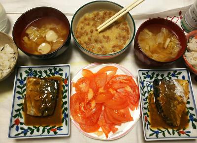 DSC_1256_0125夜-骨まで食べるさば味噌煮、おろし納豆、トマト、スープ、雑穀ごはん_400.jpg