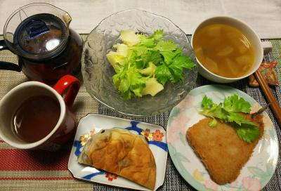 DSC_1263_0131夜-セロリサラダ、豆パン、アジフライ、カレースープ、紅茶、新しいテーブルマット_400.jpg