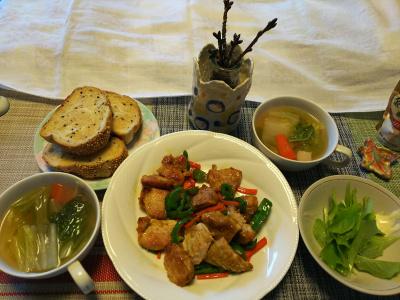 DSC_1362_0210昼-摘みたてルッコラ、ポークソテー、野菜スープ、ごまパン、桜の枝_400.jpg