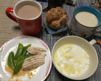 DSC_1580_0220夜-蒸し鶏スナップえんどう、豆乳、シュークリーム、ミロ牛乳(完食)_400.jpg