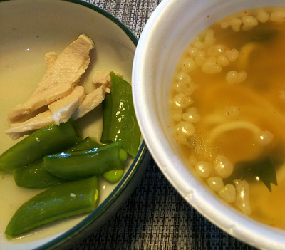 DSC_1586_0221昼-蒸し鶏スナップえんどう、関西風うどん わかめ卵入り_400.jpg