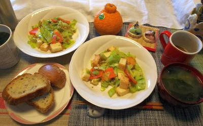 DSC_1641_0223昼-ごまパン、キャベツと厚揚げ炒め、わかめ味噌汁、海苔の味噌汁(即席)_400.jpg