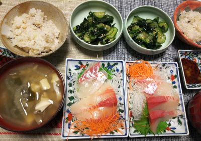 DSC_1795_0304夜-鯛と鰤の刺し身、きゅうりわかめ酢のもの、スープ、雑穀ごはん_400.jpg
