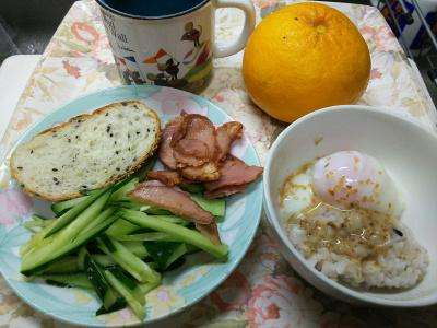 DSC_1800_0305昼・キッチン-温泉卵ご飯、焼豚ときゅうり、ごまパン_400.jpg