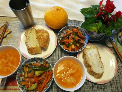 DSC_1827_0307昼-ナスとソーセージの炒めもの、キャベツスープ、ごまパン_400.jpg