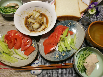 DSC_0131_0315夜-白菜肉そぼろ炒め、蒸し鶏きゅうり、セロリトマトサラダ、食パン_400.jpg