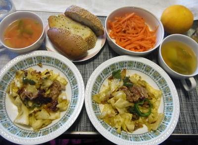 R0017723_0322昼-豚肉と野菜炒め、千切り人参ソテー、野菜スープ、ごまパン_400.jpg