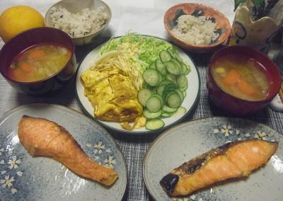 R0017733_0323夜-卵焼き、サラダ、鮭焼き、野菜スープ、雑穀ごはん_400.jpg