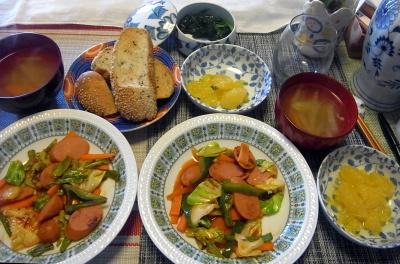 R0017736_0324昼-ソーセージ野菜炒め、スープ、ごまパン_400.jpg