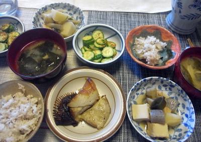 R0017747_0326昼-カマ焼き、煮物、きゅうり胡麻和え、わかめ味噌汁、雑穀ごはん_400.jpg