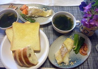 R0017751_0327昼-鱈ピーマンと人参ソテー、わかめスープ、ぶどうパンと食パントースト_400.jpg