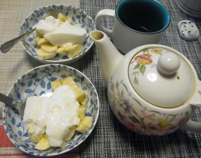 R0017753_0327おやつ-バナナヨーグルト、紅茶_400.jpg