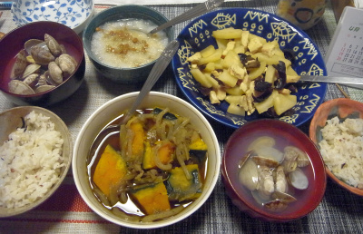 R0017810_0403夜-かぼちゃ煮、アサリの潮汁、鶏とじゃがいもときくらげ炒め、納豆大根おろし雑穀ごはん_400.jpg