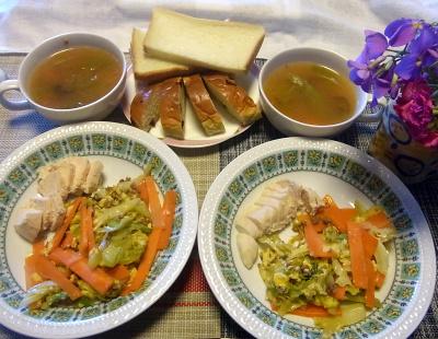 R0017943_0419昼-茹で鶏、野菜炒め、スープ、レーズンパン、トースト_400.jpg