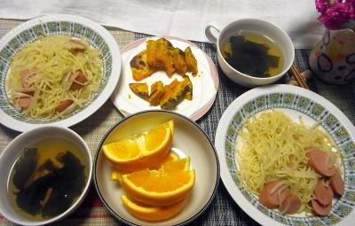 R0017953_0420昼-ソーセージ焼きそば、焼きかぼちゃ、わかめスープ、ネーブルオレンジ_400.jpg