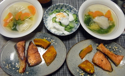 R0017985_0425夜-酒粕一夜漬け鮭焼き、かぼちゃ焼き、水餃子に白菜と人参、きゅうりヨーグルト_400.jpg