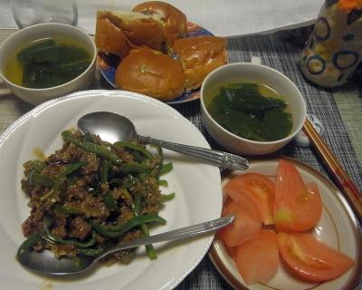 R0018164_0516夜-ビーフチンジャオロースー、蕪の葉スープ、ぶどうパン、トマト_400.jpg