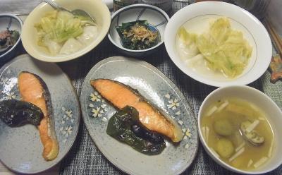 R0018241_0525夜-鮭とピーマン焼き、水餃子キャベツ入り、冷凍小松菜おひたし_400.jpg