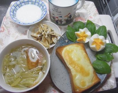 R0018244_0526昼・キッチン-キャベツとちくわスープ、ゆで卵、採れたてバジル、チーズトースト、大根昆布和え、豆乳_400.jpg