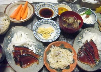 R0018271_0529夜-カツオタタキ大根添え、アサリ潮汁、カブのサラダ、人参スティック_400.jpg