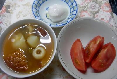 R0018389_0607夜・キッチン-トマト、温泉卵、具だくさんスープ_400.jpg