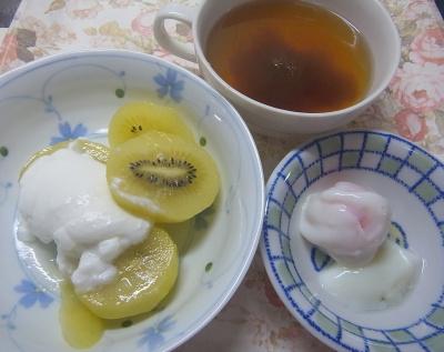 R0018392_0608遅い昼食・キッチン-キーウィヨーグルト、温泉卵、トロロ昆布スープ_400.jpg