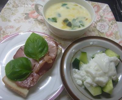 R0018419_0612遅い昼・キッチン-採れたてバジル焼豚食パン、キュウリヨーグルト、バジル入りコーンポタージュ_400.jpg