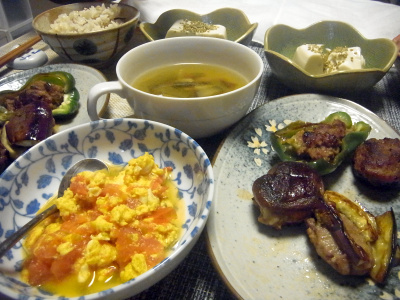 R0018424_0612夜-トマトスクランブルエッグ、椎茸とピーマンと茄子のはさみハンバーグ、冷奴、スープ、雑穀ごはん_400.jpg
