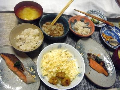 R0018437_0614夜-鮭焼きバジルソース、鶏つくねサラダ、大根おろし納豆、豆腐味噌汁、雑穀ごはん_400.jpg