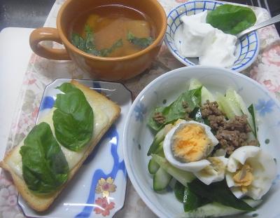 R0018495_0625遅い昼-バジルチーズトースト、肉味噌キュウリサラダ、ゆで卵、揚げのスープ、ヨーグルト_400.jpg
