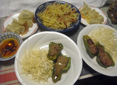 R0018507_0626夜-ピーマン肉詰めとキャベツ、モヤシソーセージ卵炒め、冷凍焼き餃子_400.jpg