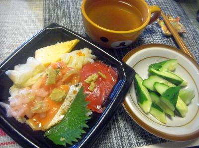 R0018518_0629遅い昼-海鮮ちらし寿司、キュウリ、トロロ昆布汁_400.jpg