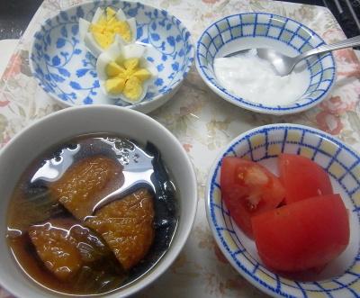 R0018527_0630昼・キッチン-トマト、ゆで卵、さつま揚げスープ、ヨーグルト_400.jpg