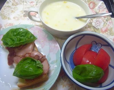 R0018579_0708遅い昼・キッチン-焼豚トーストバジル添、トマト、コーンポタージュ_400.jpg