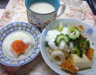R0018599_0711昼-ゴーヤNo1とちくわとバナナヨーグルト、温泉卵、豆乳_400.jpg