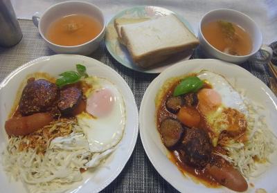R0018740_0718昼-手作りハンバーグ、目玉焼き、ソーセージと野菜トマト煮、セロリ風味スープ、トースト_400.jpg