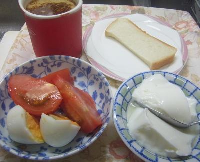 R0018752_0720昼・キッチン-トマト、ゆで卵、ヨーグルト、食パン、カフェオレ_400.jpg