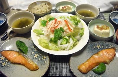R0018756_0721夜-鮭焼き、カニカマ大根レタスサラダ、冷奴ミョウガ添え、スープ、雑穀ごはん_400.jpg