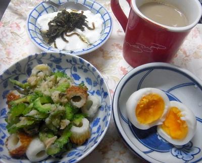 R0018813_0728昼-ゴーヤポテトサラダ。ゆで卵、茶葉佃煮ヨーグルト、カフェオレ_400.jpg