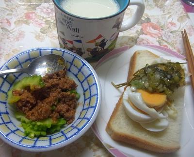R0018848_0801昼・キッチン-ゴーヤのミートソース和え、ゆで卵茶葉佃煮、食パン、豆乳_400.jpg