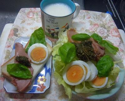 R0018883_0805昼・キッチン-焼豚、ゆで卵、バジル、茶葉佃煮サラダとサンドイッチ、豆乳_400.jpg