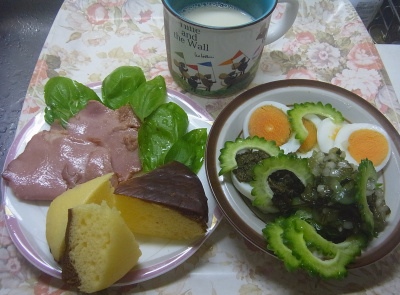 R0018891_0806昼・キッチン-ゴーヤとゆで卵わさび昆布サラダ、プリン蒸しパン、バジル焼豚、豆乳_400.jpg