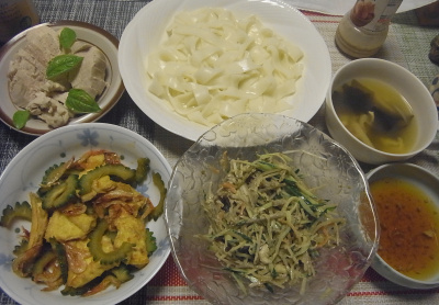 R0018912_0808夜-ゴーヤとお揚げと桜えび炒め、きしめん、蒸し鶏バジル風味、ごぼうサラダ、スープ_400.jpg