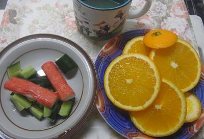R0018918_0809昼・キッチン-オレンジ、カニカマキュウリサラダ、冷茶_400.jpg