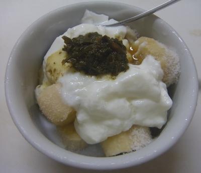R0018924_0809おやつ-冷凍バナナヨーグルト、茶葉佃煮のっけ_400.jpg