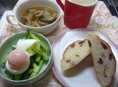 R0018933_0810昼・キッチン-ゆで卵キュウリ、ぶどうパン、茄子のスープ、カフェオレ_400.jpg