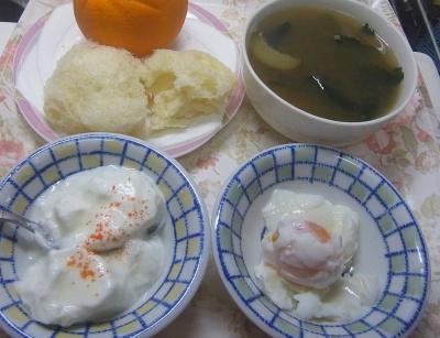 R0018937_0811昼・キッチン-ゆで卵、ヨーグルト、メロンパンの中身、スープ_400.jpg