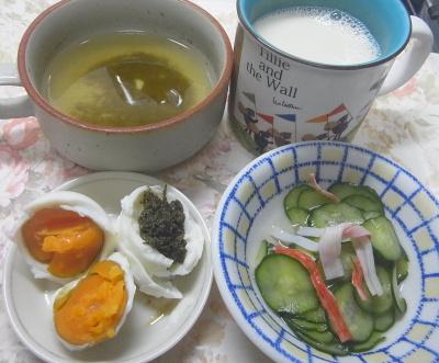 R0018968_0815昼・キッチン-ゆで卵、きゅうりの酢の物、スープ、豆乳_400.jpg