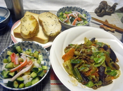 R0018977_0816昼-肉そぼろ野菜炒め、カニカマと枝豆のサラダ、ごまパン_400.jpg